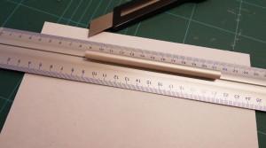 Mit Hilfe der Metallleiste und dem Cutter den Streifen abtrennen. dafür muss man mehrmals schneiden und der Cutter sollte scharf sein. Damit die Metallleiste (Lineal) nicht so leicht verrutscht, diese auf den Hauptteil der Magnetfolie legen!