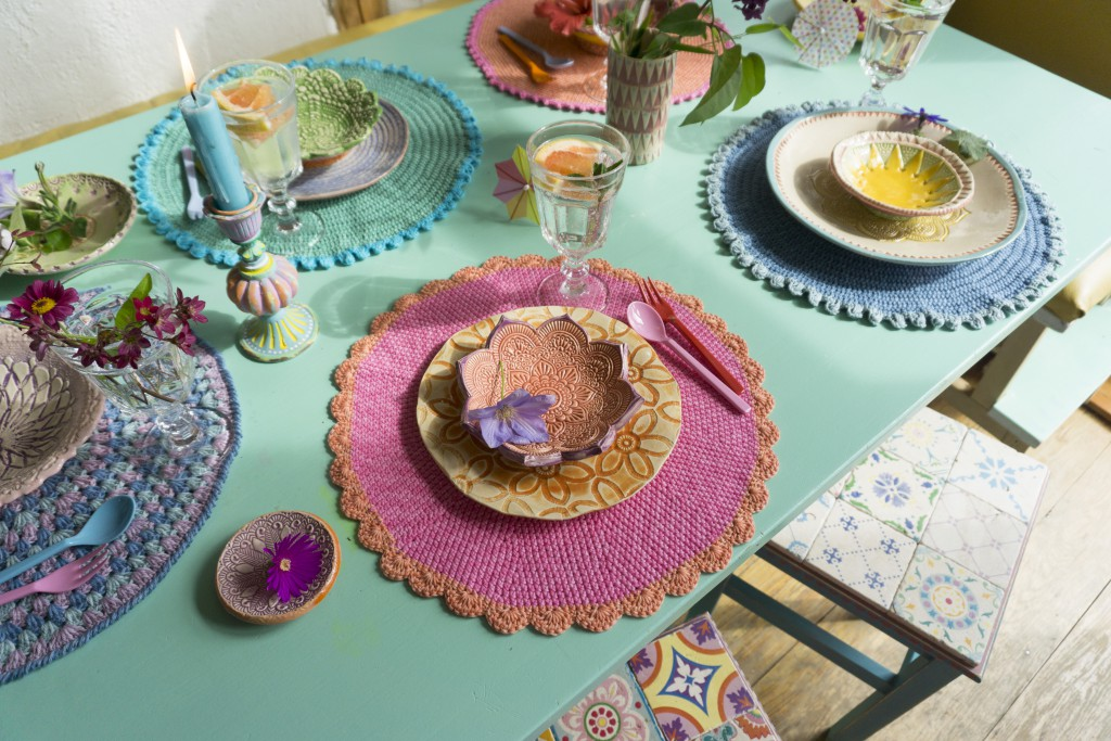 Gehäkelte Tischsets aus Catania Denim, Idee für die bunten Hocker-Fliesen: Patricia Morgenthaler, Foto & getöpfertes Geschirr: Bine Brändle